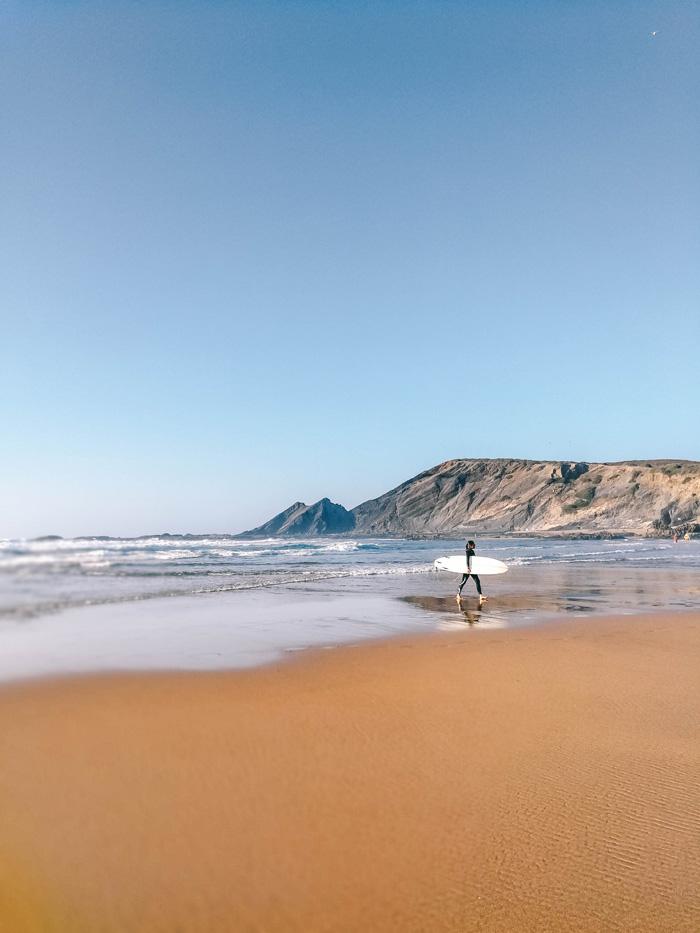 Amoreia-Strand-Portugal-Surfer