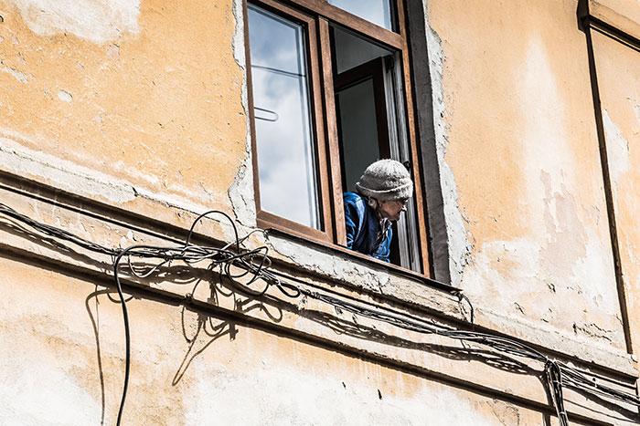 Frau an Fenster