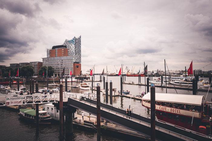 Hafen mit Blick zur Elbphilharmonie