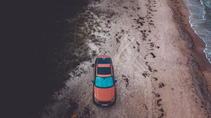 SUV am Strand von oben