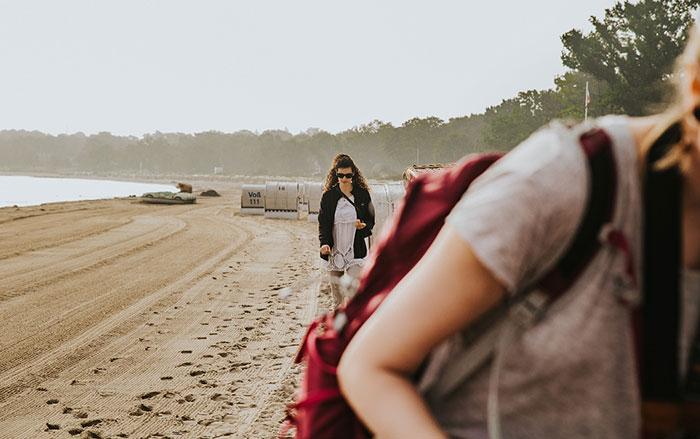 Mia am Strand
