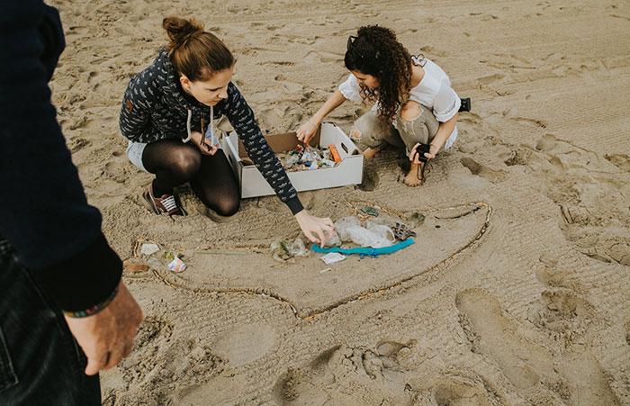 Müllwal am Strand