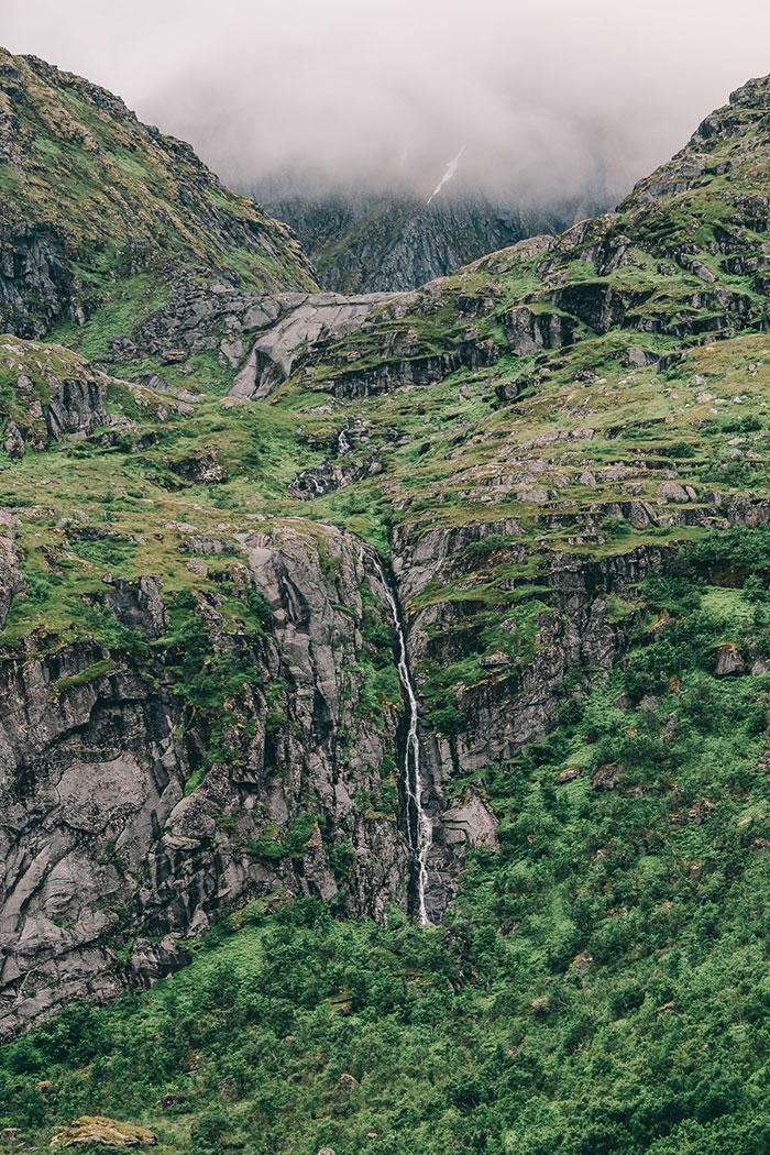 Wasserfall beim Fischerdorf Nusfjord