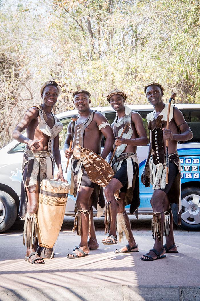 Afrikaner tanzen Musiker