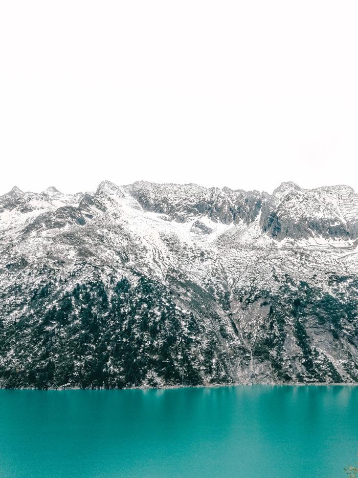 Bergmassiv und blauer See