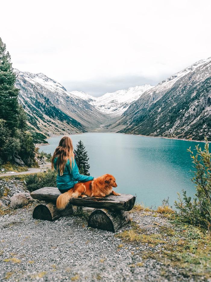 Christine Neder und Hund in Klein Tibet