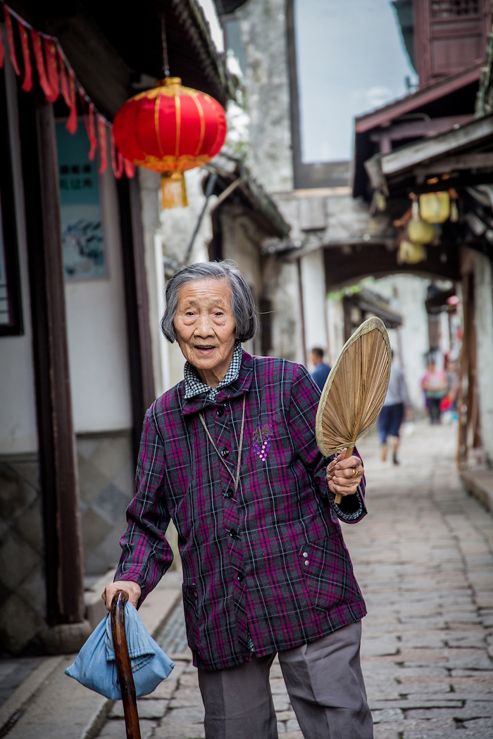 Chinesin in der Wasserstadt Zhouzhuang