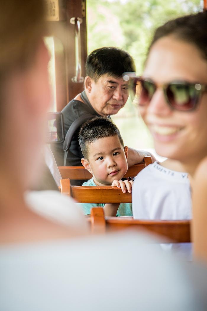 Chinesischer Junge im National Wetland Park Xixi