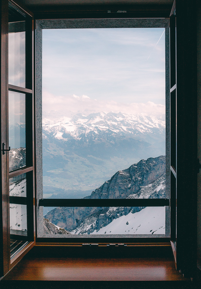 Ausblick aus dem Fenster auf die Berge