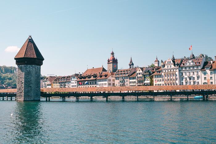 Die Kapellbrücke in Luzern umgeben von Wasser