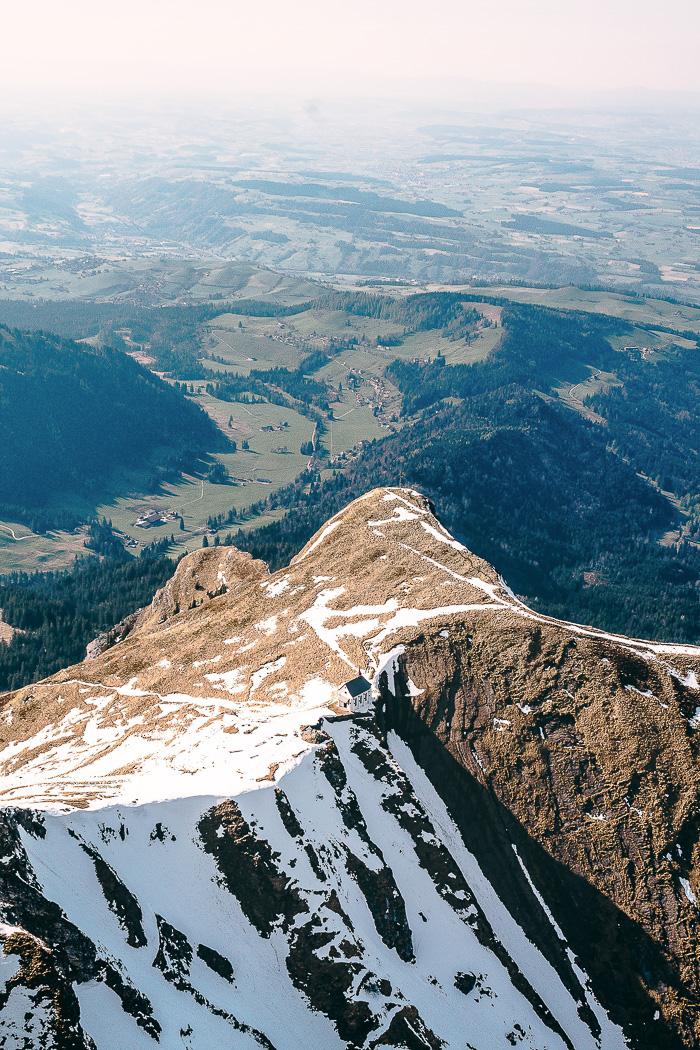 Eine Kapelle hoch oben auf den Bergen