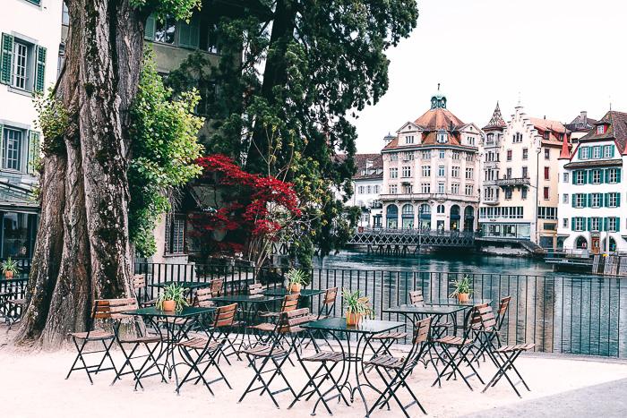 Bistro in Luzern - Stühle und Tische auf der Terrasse