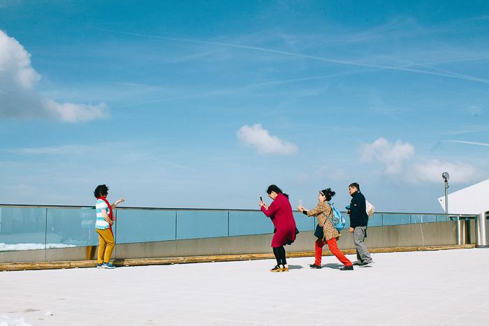 Touristen fotografieren sich auf dem Pilatus Kulm