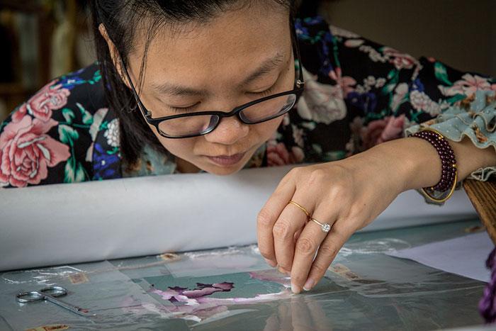 Seidenstickerin in Suzhou