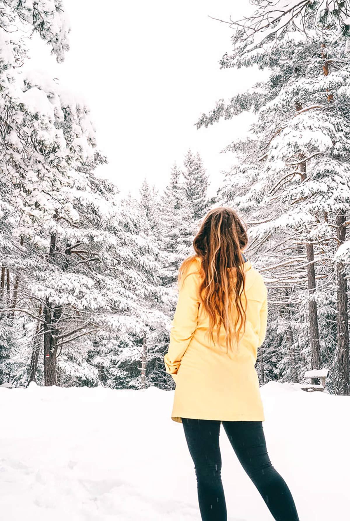 Winter Frau gelbe Jacke