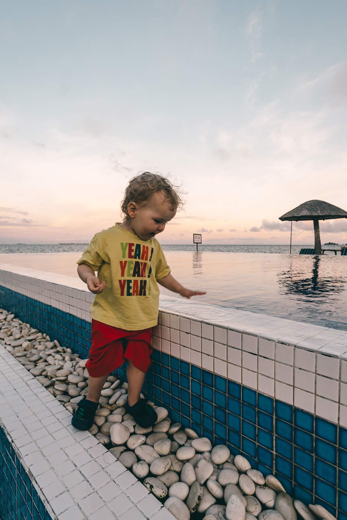 Kind am Pool