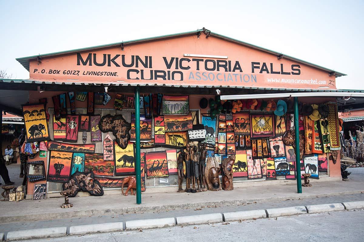 Afrikanische Souvenirs an den Viktoriafaellen Sambia