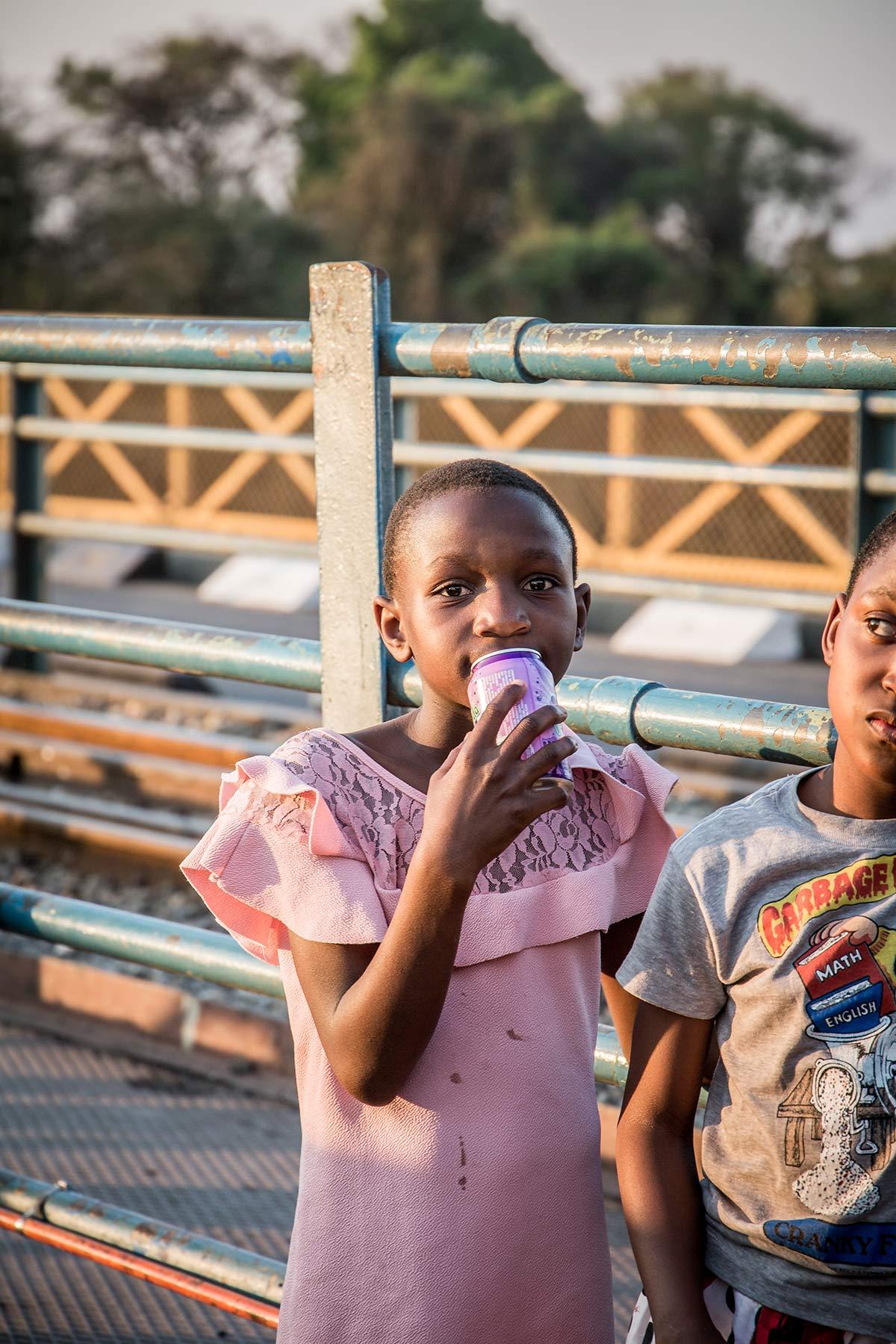 Maedchen auf der Victoria Falls Bridge in Sambia