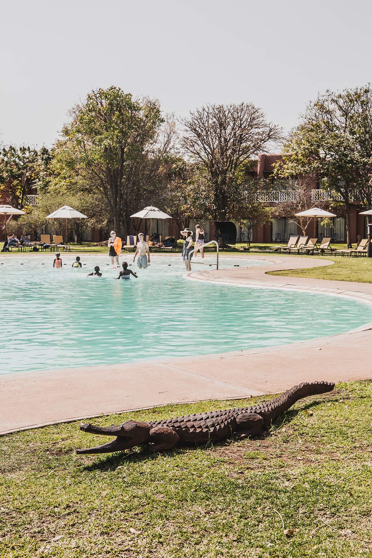 Swimmingpool im AVANI Victoria Falls Resort
