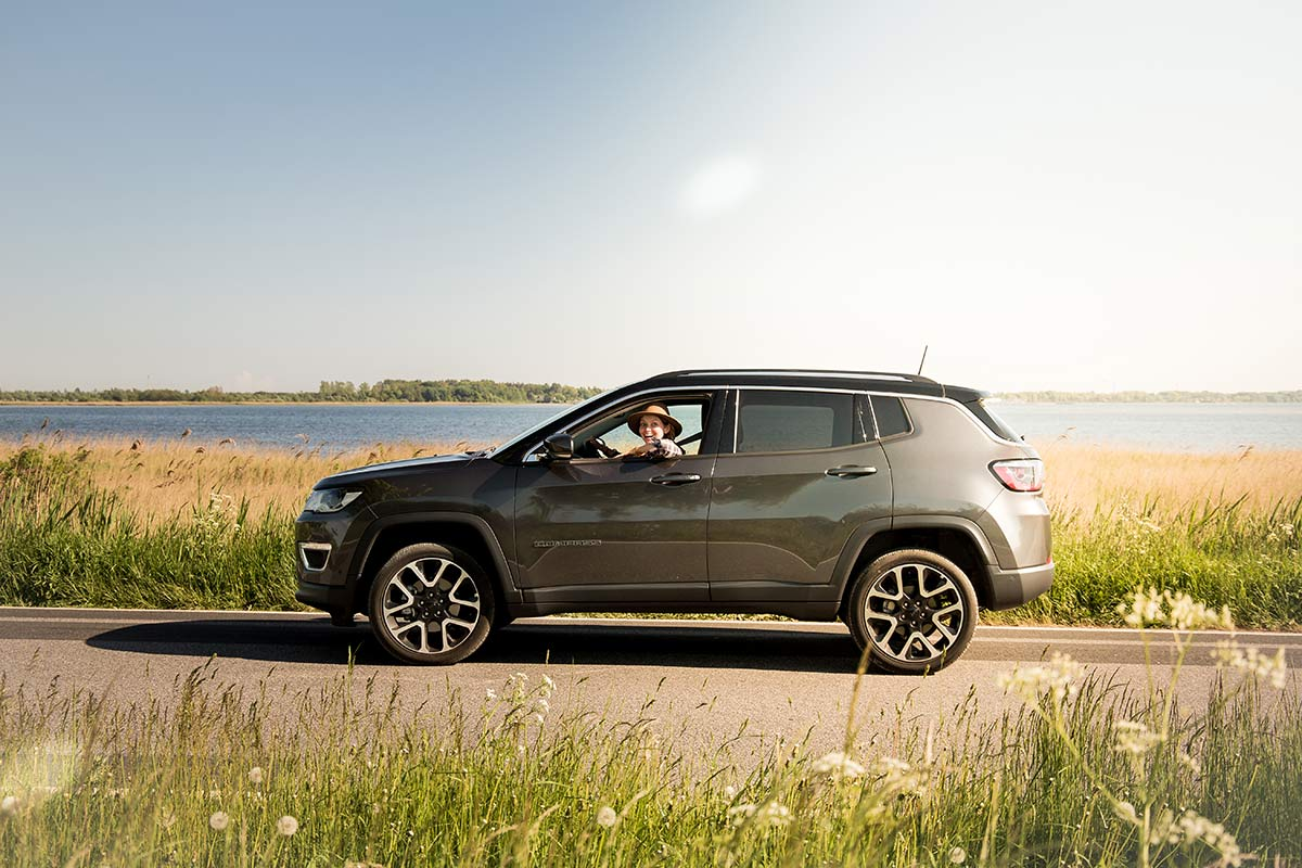 Christine Neder im Jeep Compass auf Ruegen