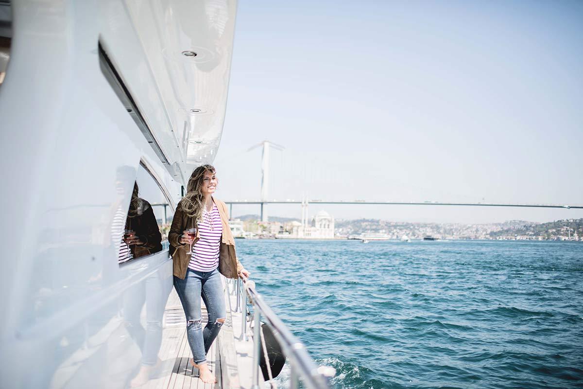 Bootstour Farina geniesst die Aussicht