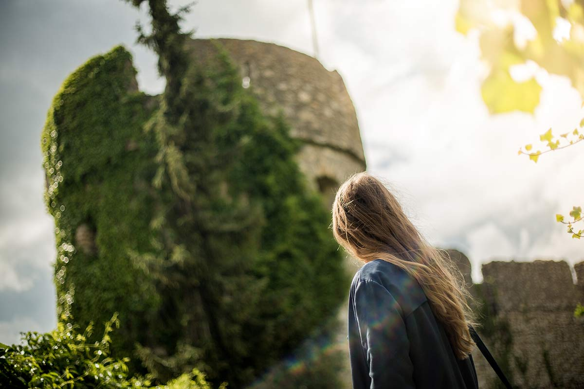 Christine Neder an der Fleckenmauer Floersheim Dalsheim
