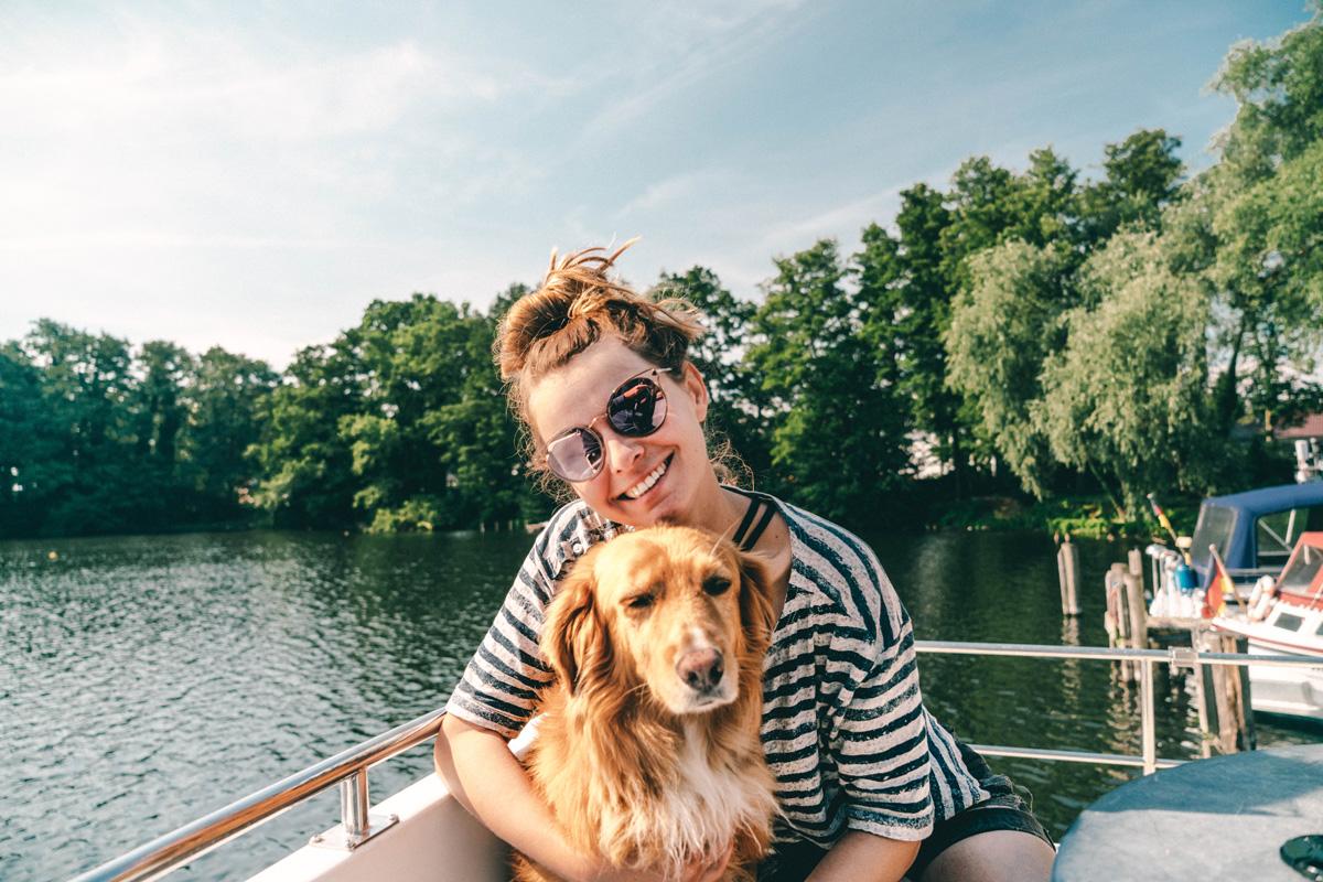 Christine Neder und Hund Hausboot