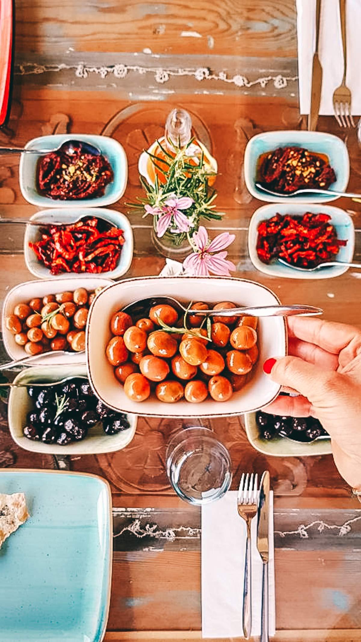 Selbsteingelegte Oliven im Senit