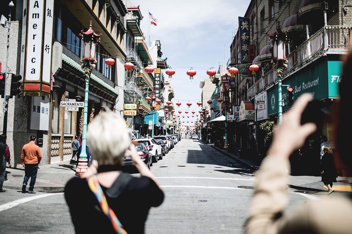 Touris fotografieren den Anfang von Chinatown