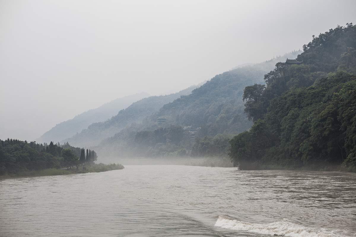 Fluss Mi bei der Bewaesserungsanlage Dujiangyan