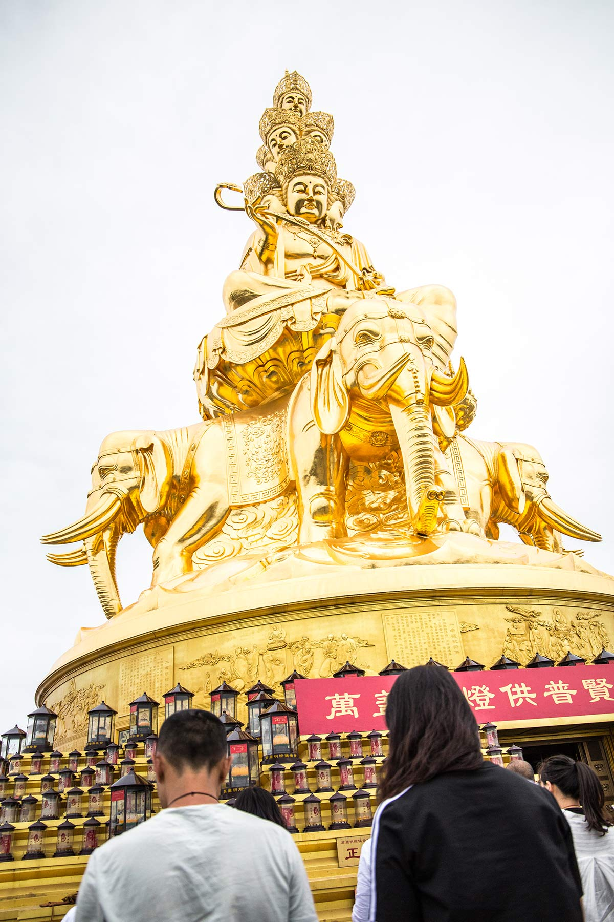 Goldene Statue auf dem Mount Emei in China