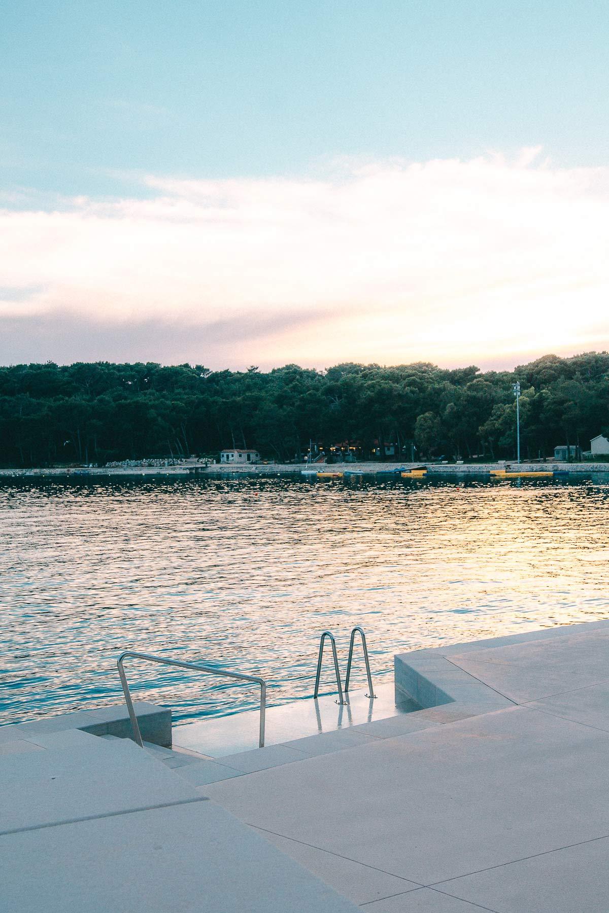Hier könnt ihr am Abend direkt vom Hotel im Meer baden