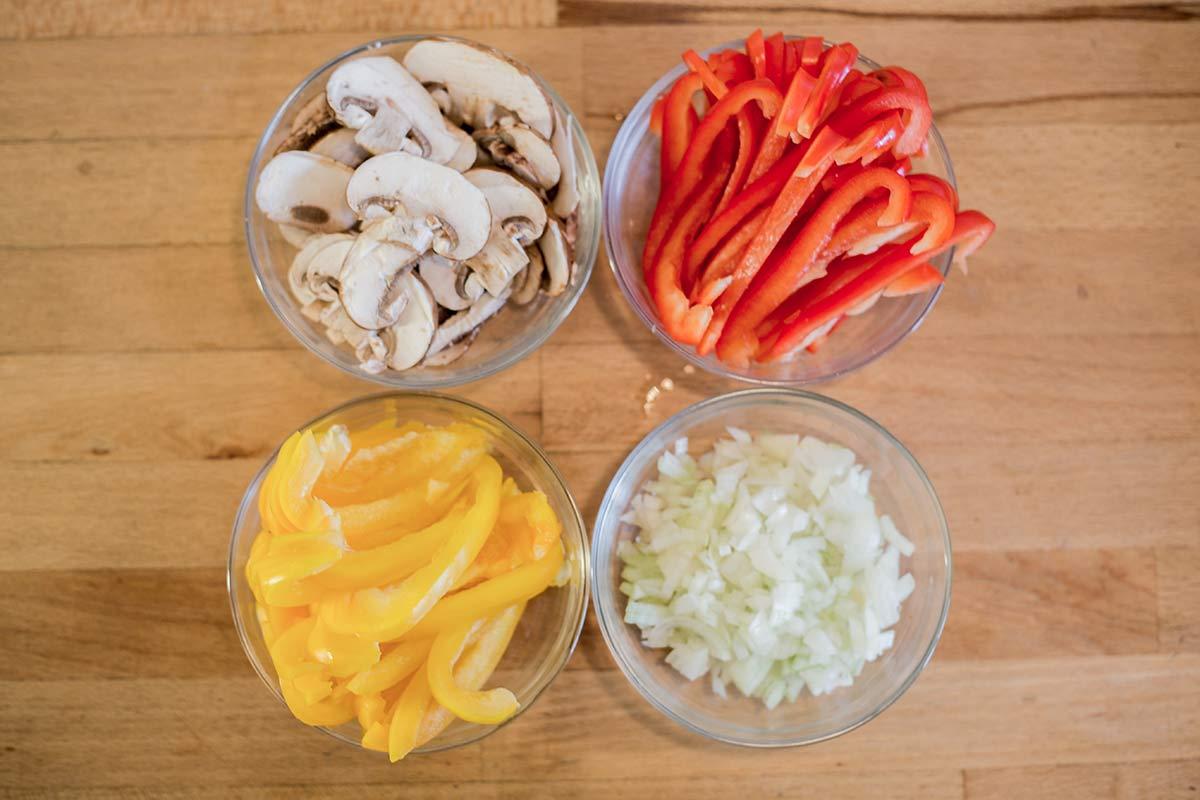 Paprika Champignons und Zwiebeln schneiden