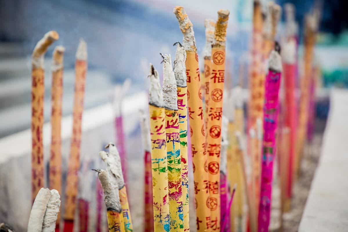 Raucherstaebchen auf dem Gipfel des Emeishan