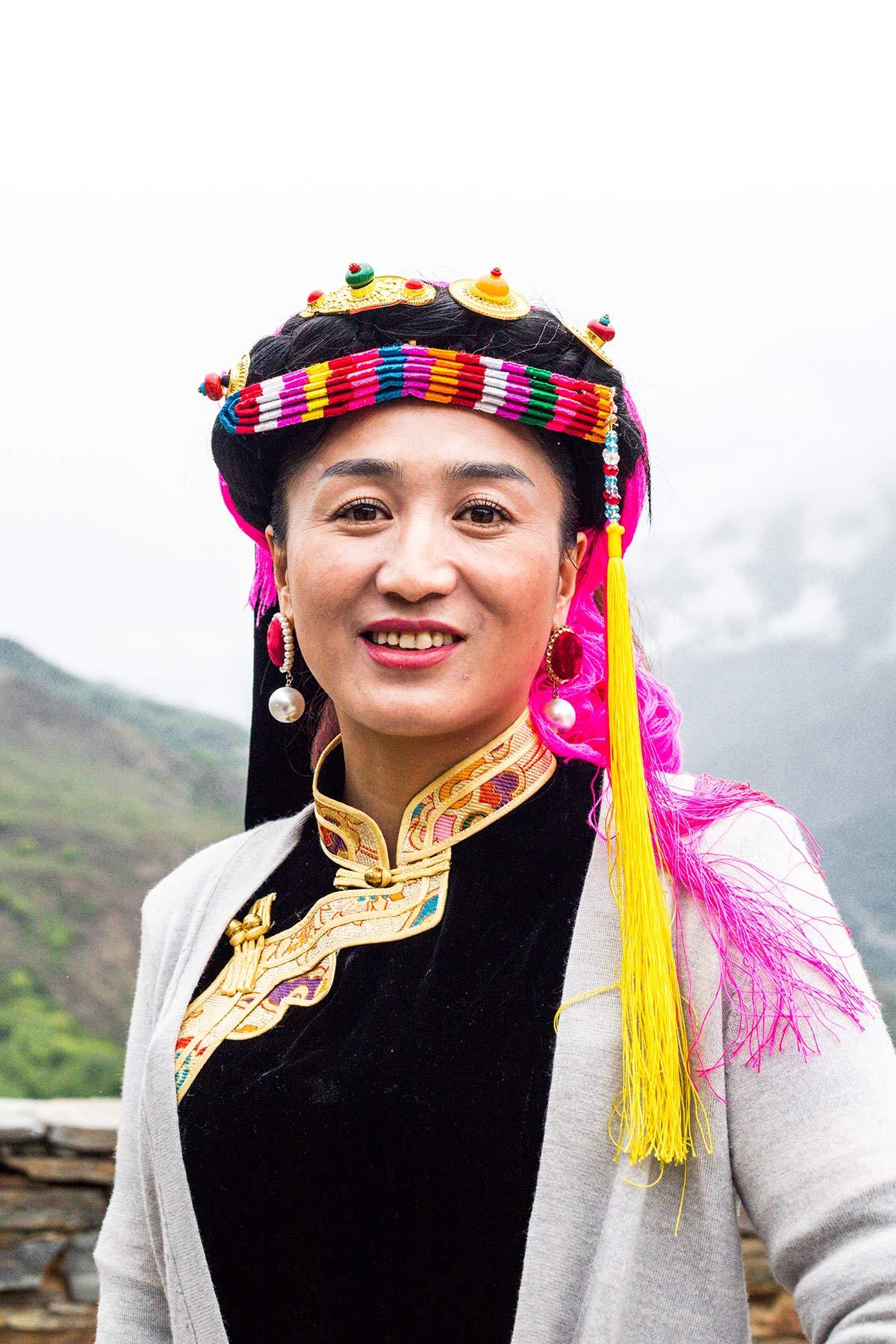 Schoene Frau im Danba Tal in Sichuan