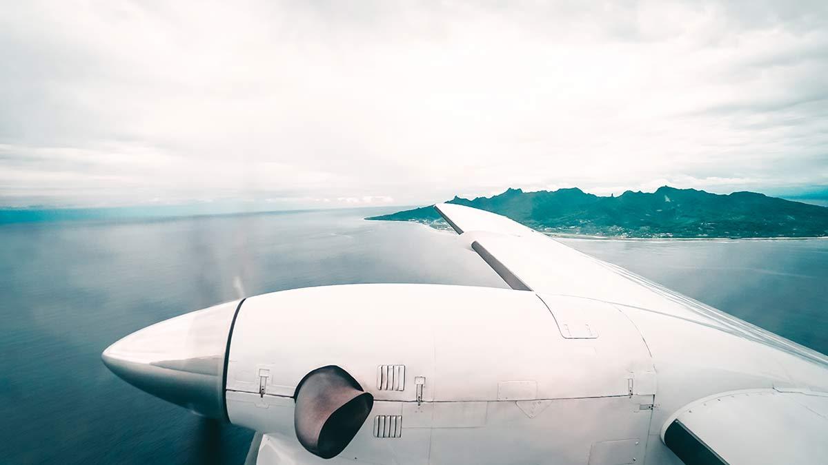 Blick auf Rarotonga waehrend Flug nach Aitutaki