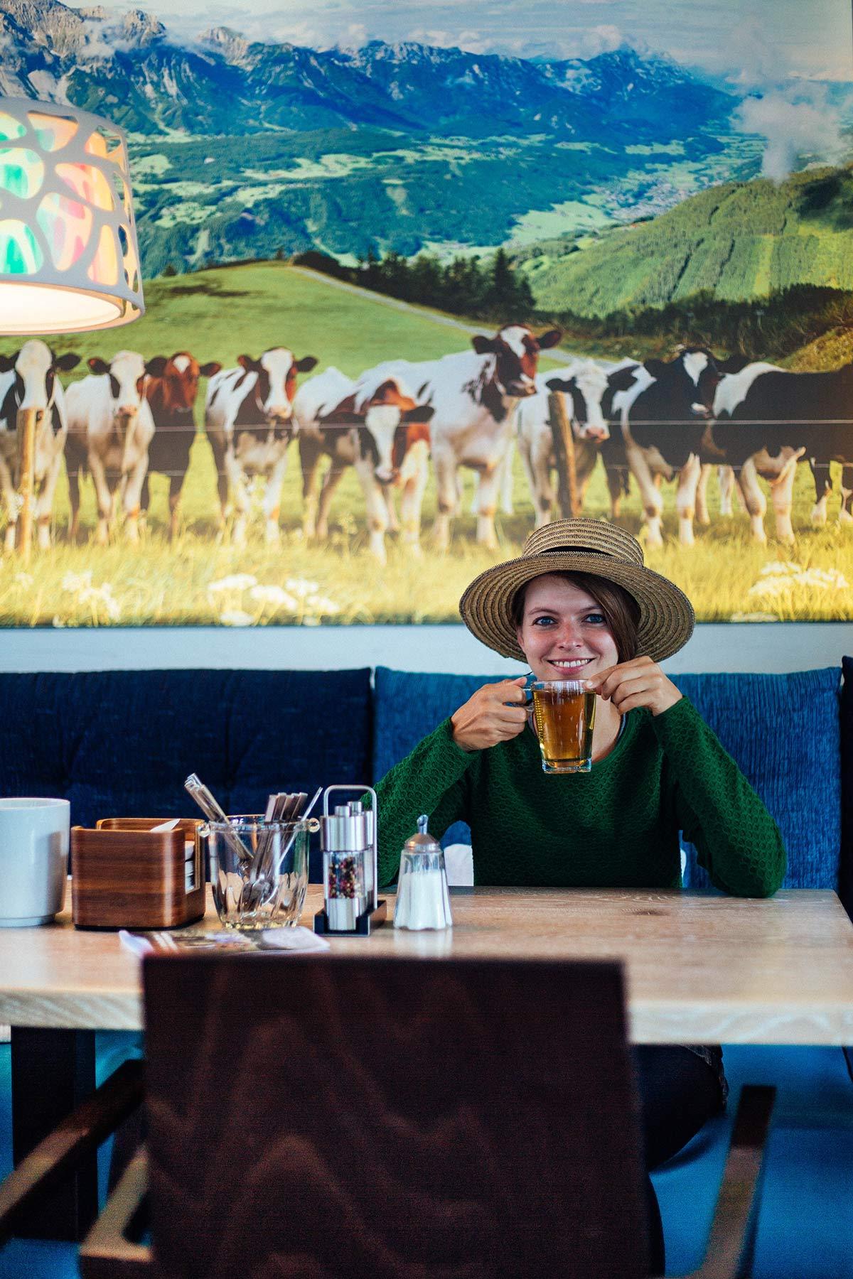 Christine Neder beim Fruehstueck im Tui Blue Plus