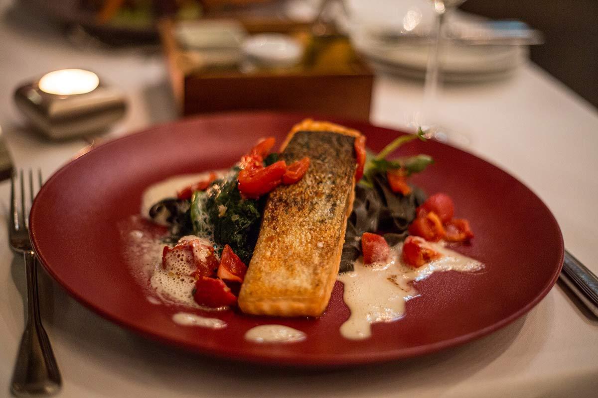 Lachs mit Tagliatelle im Restaurant Bernstein