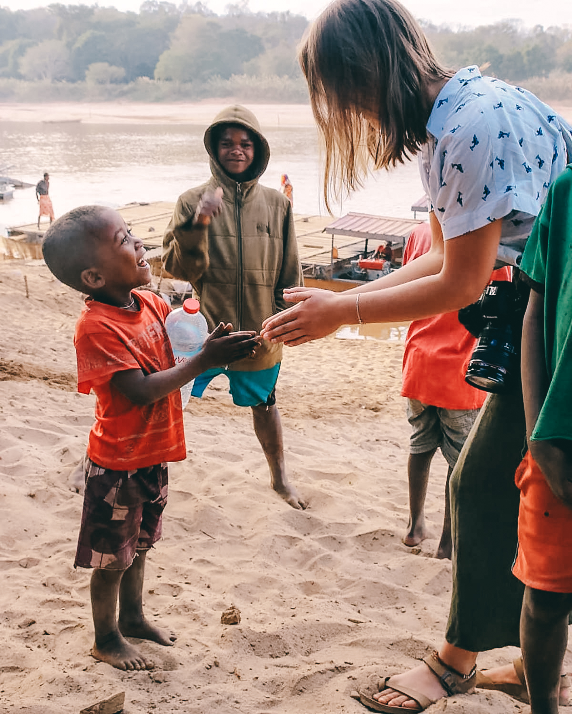 Strassenkinder am Manambolo River