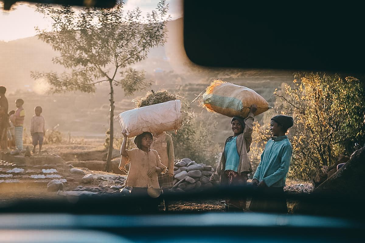 Straßenkinder auf dem Land auf Madagarkar