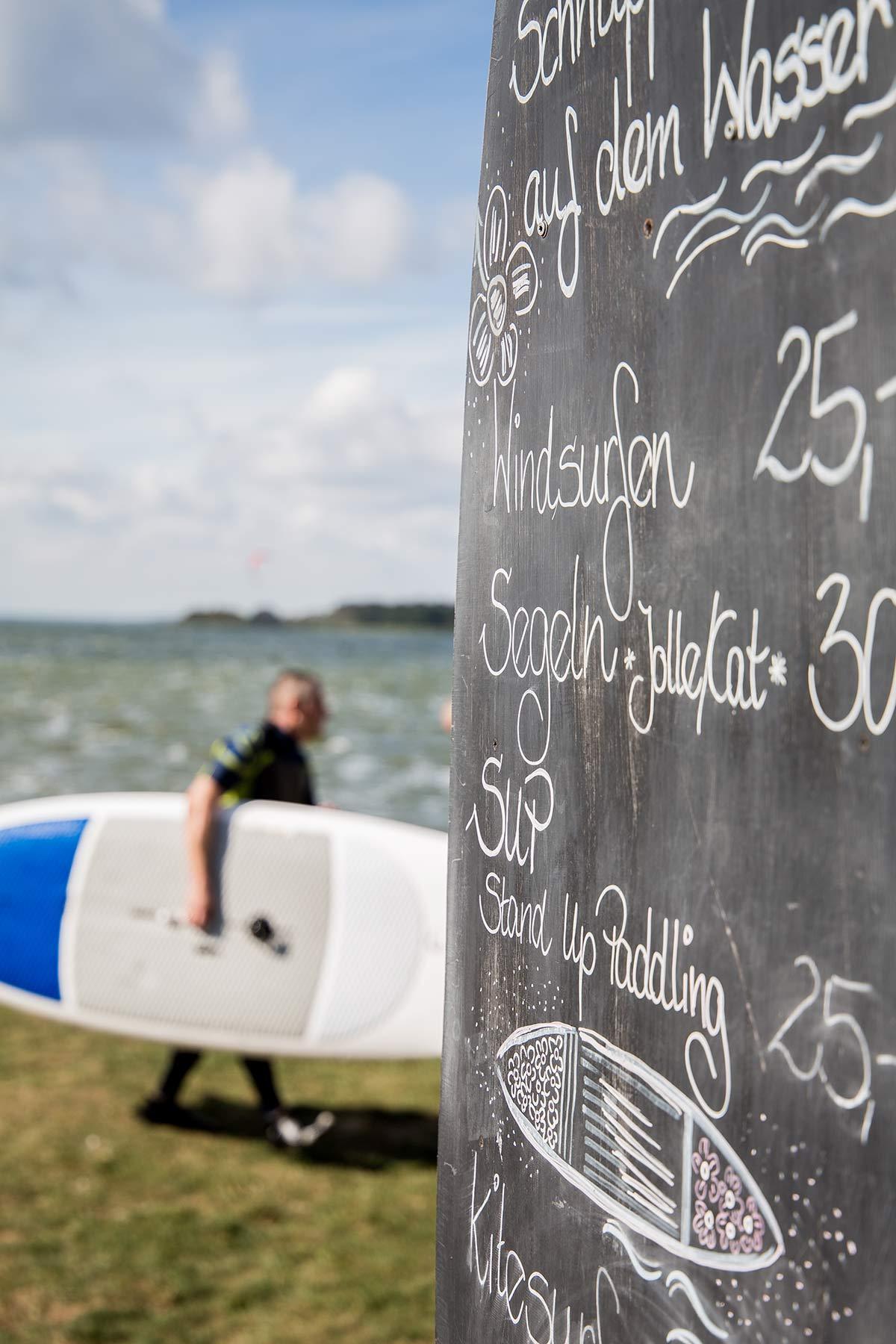 Surfer beim Cafe Knatter in Ueckeritz auf Usedom