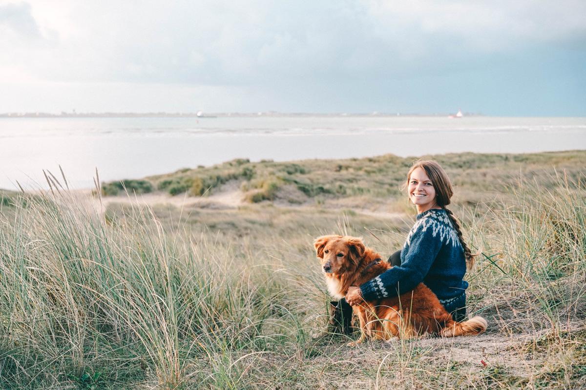 Christine-Neder-mit-Hund-in-texel
