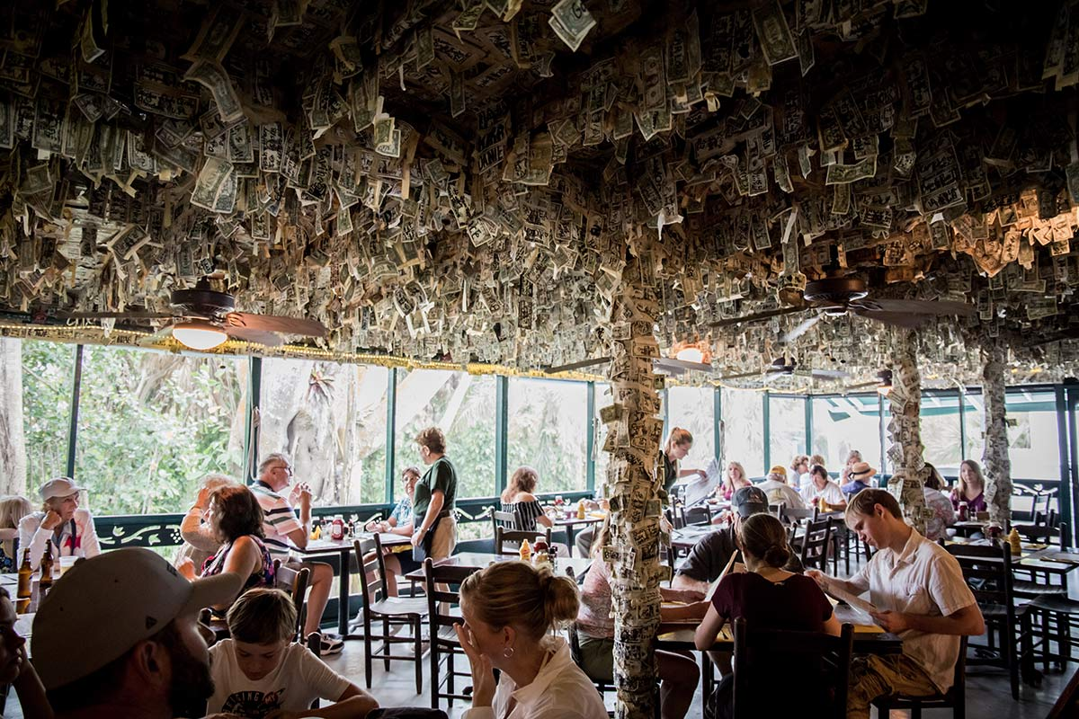Dollarschein an den Waenden auf Cabbage Key in Florida