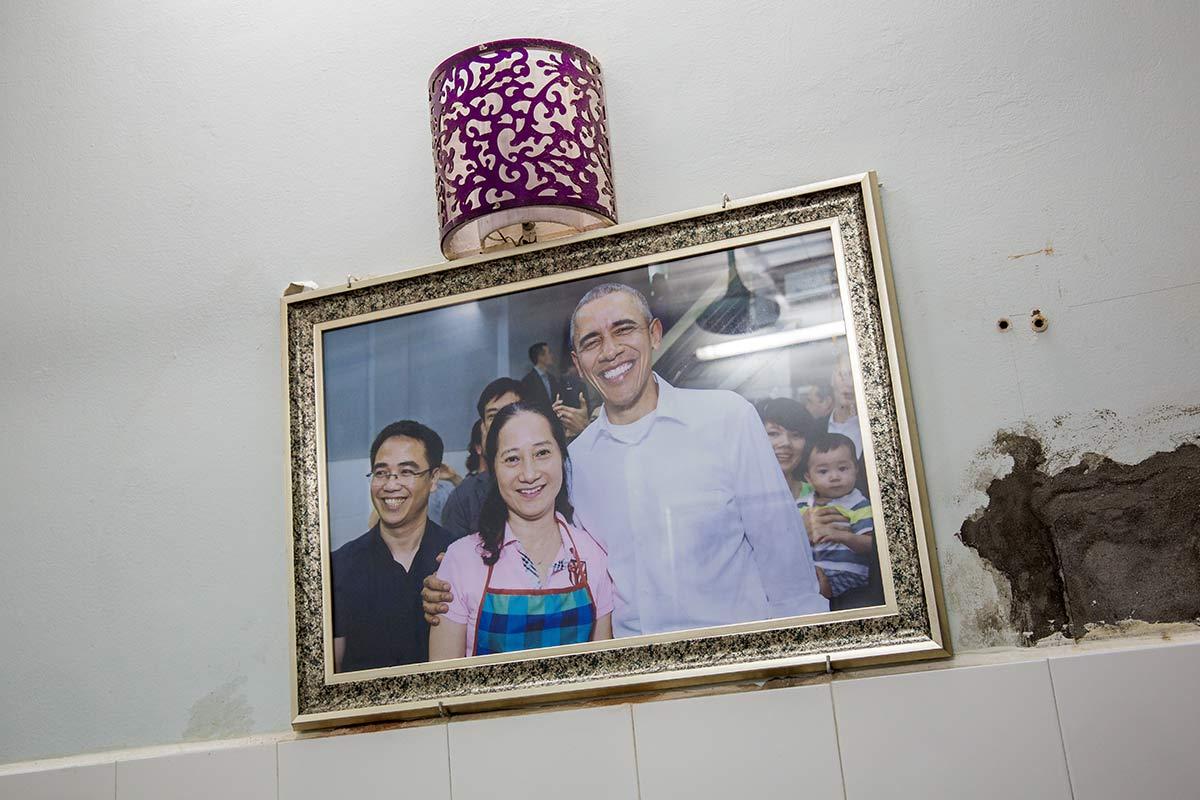 Gerahmte Fotografie Obamas im Bun Cha Huong Lien Restaurant Hanois