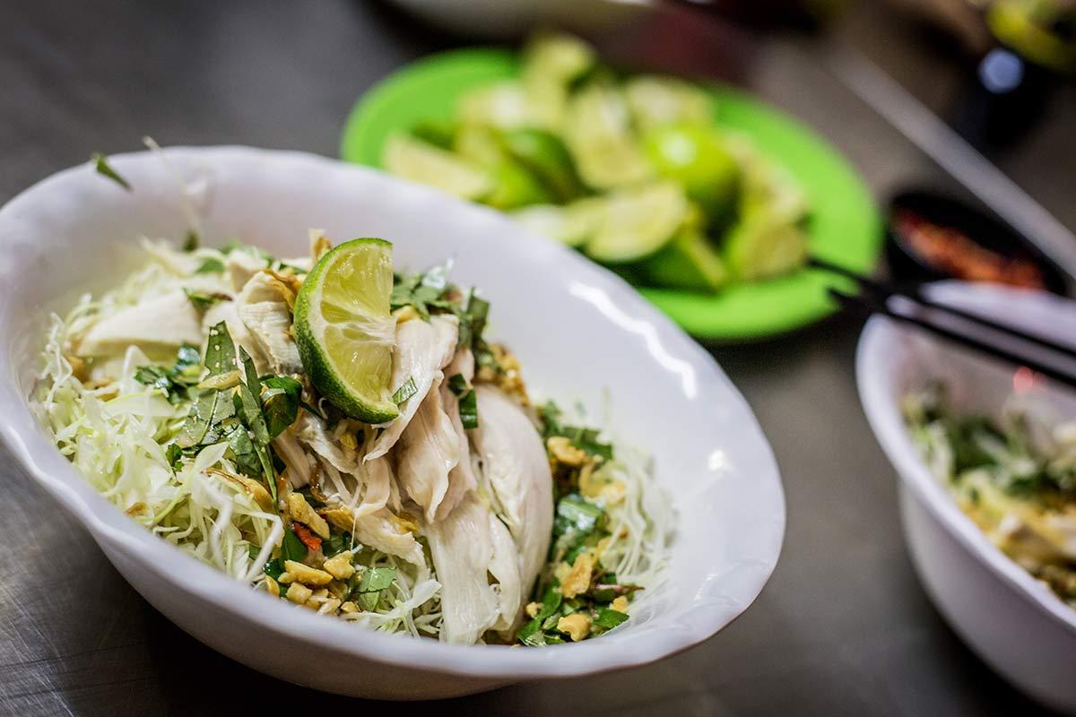 Kohlsalat mit Huhn auf der Foodtour durch Hanoi