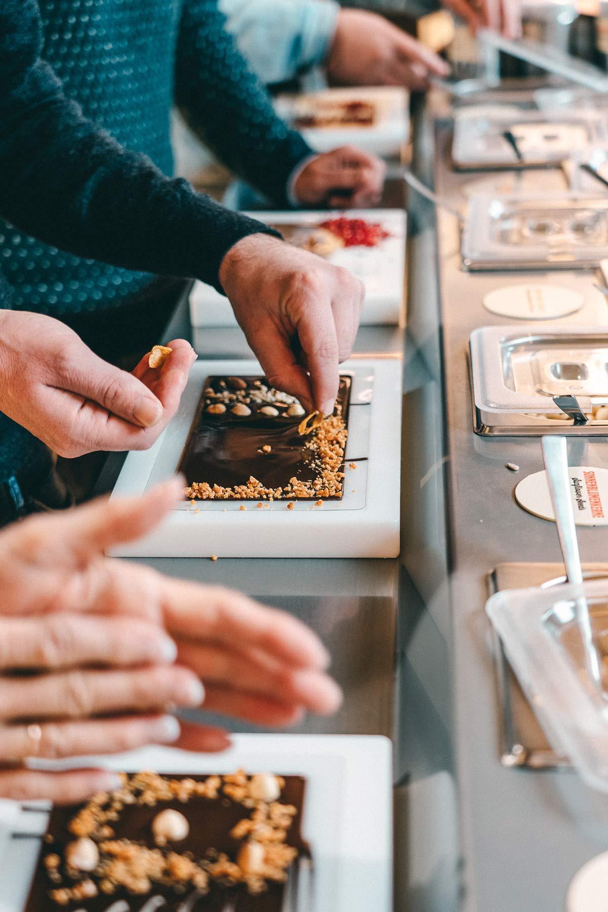 Maestrani's Chocolarium Schokolade verzieren