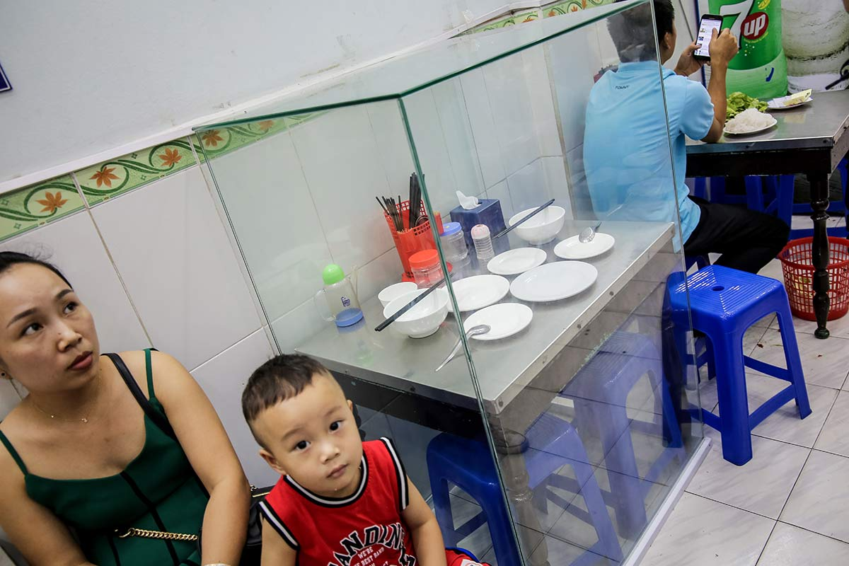 Tischvitrine im Bun Cha Huong Lien Restaurant Hanois