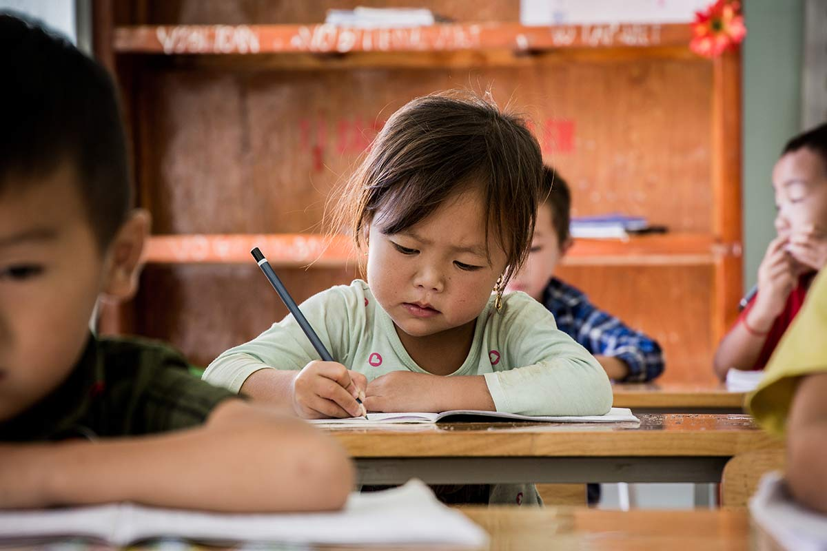 Konzentriertes Maedchen in der Pa Co Primary School Vietnam