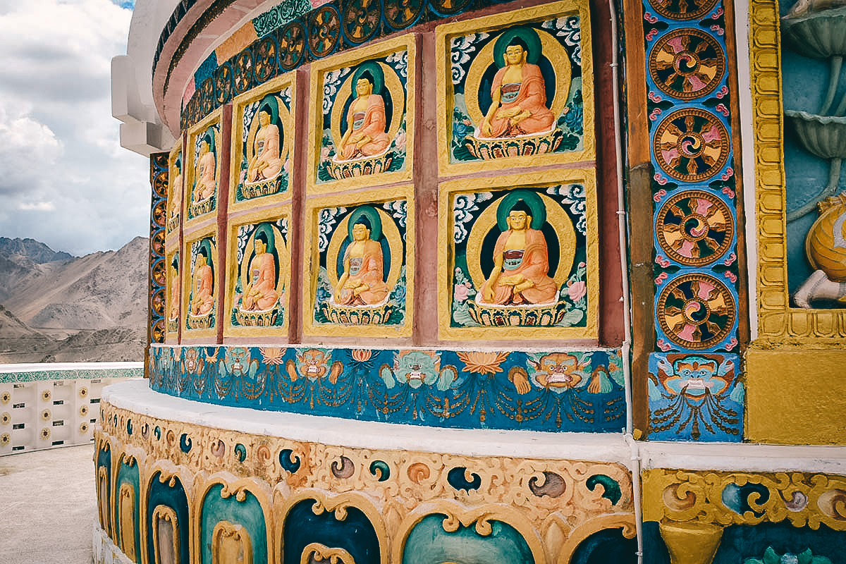 meditierende buddha bilder am fusse der shanti stupa