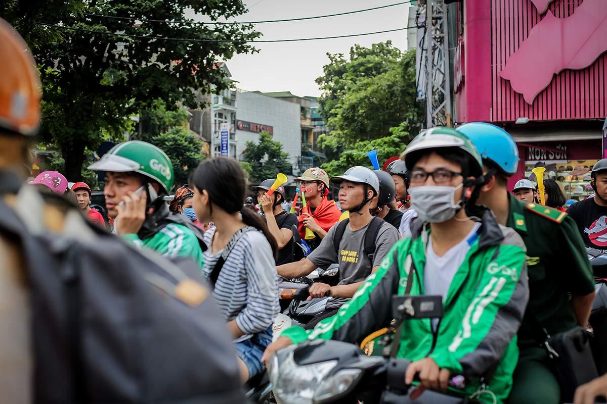 Mopedfahrer in Vietnams Hauptstadt Hanoi